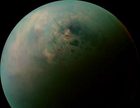 Søerne på Titan ses her som mørke skygger omkring polen